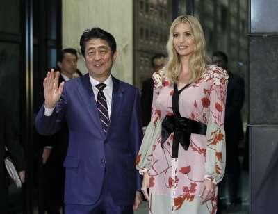 美國總統川普大女兒伊凡卡2日參加東京「世界婦女大會」,與日本首相安倍晉三合影。(美聯社)