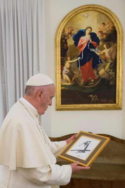 教宗方濟各欣賞《雪聖》素描。(圖/張焰)