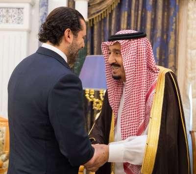 沙烏地阿拉伯公布國王薩勒曼與黎巴嫩總理哈里里的會面照,撇清挾持傳言。(美聯社)