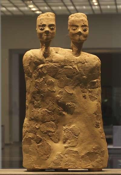 阿布達比羅浮宮展出的約旦雙頭人雕像,約創作於西元前6500年。(美聯社)