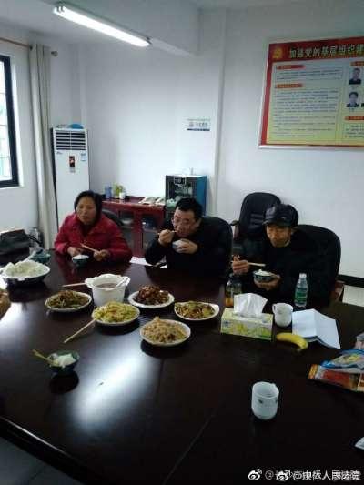 11月21日,長沙中級法院公布照片稱,江天勇在宣判後與父親、妹妹會面並用餐。(圖/長沙中級法院微博)