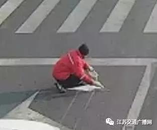 江蘇一名男子竟私自塗改地面的交通標線。