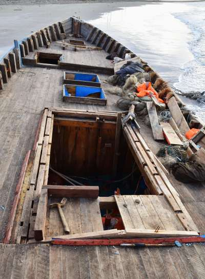 日本海警近日在日本海海域發現多艘漂浮的木造船。(AP)