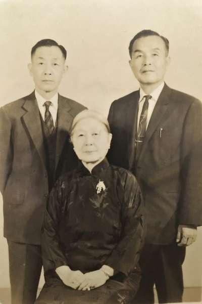 林茂生之妻王采蘩與兒子合照(林玲文提供)