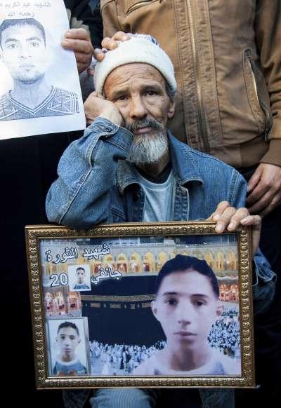 突尼西亞革命7周年,最新撙節措施引發大規模抗議,民眾悼念在革命中犧牲的親人。(美聯社)