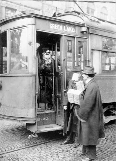 1918年西班牙流感大爆發期間,西雅圖的電車服務員拒絕沒有口罩的乘客搭乘。(維基百科公有領域)
