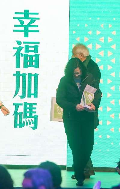 20180131-民主進步黨年終餐敘中,由姚嘉文摸彩,獲獎的蔡英文主席不願捐出。(陳明仁攝)