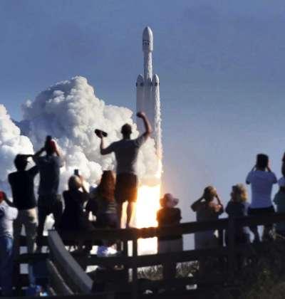 美國SpaceX公司研發的獵鷹重型運載火箭6日在佛州甘迺迪太空中心成功發射,成千上萬的民眾爭睹(AP)