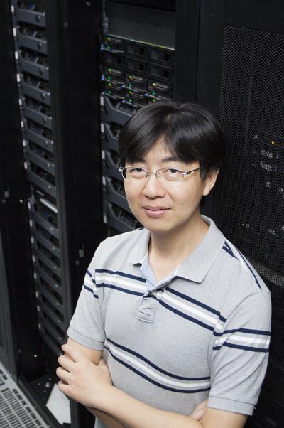 中研院地球所李憲忠副研究員,利用超級電腦研究臺灣過去、現在和未來的地震。 (圖/張語辰攝,研之有物提供)