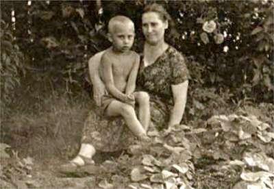 幼年的普京與母親(Unknown@Wikipedia/CC BY 4.0)
