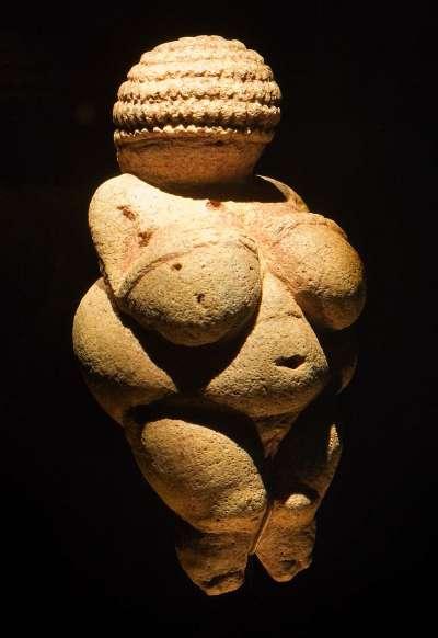《維倫多爾夫的維納斯》(Venus of Willendorf) (圖/Jorge Royan @Wikimedia Commons)