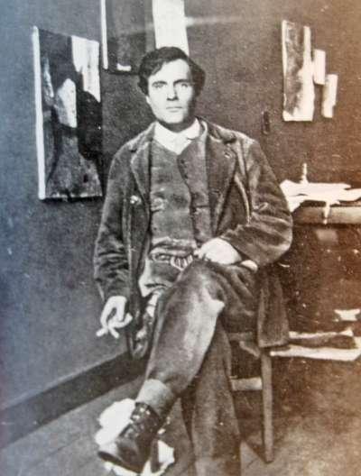 莫迪利亞尼在他巴黎的工作室 (1915),牆上可見黑斯汀斯肖像。(圖/Paul Guilliaume @Wikimedia Commons)