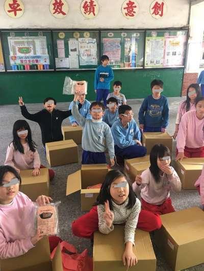 孩子們拿到禮物的笑容,就是謝慧謹最欣慰的收穫。(圖/謝慧謹提供)