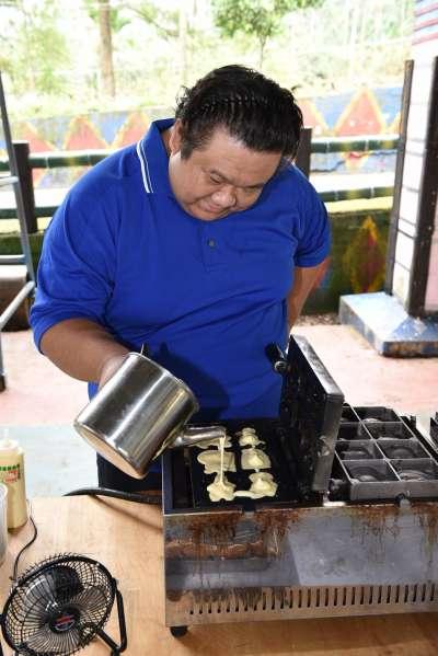 雞蛋糕、紅豆餅攤位也一起進入山區,為孩子們獻上熱呼呼美味。(圖/大作提供)