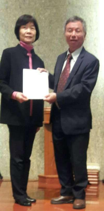 前衛生署長楊志良(右)也是全民造福(照服)銀行聯盟發起人之一,也協助培訓居服員。(楊志良提供)