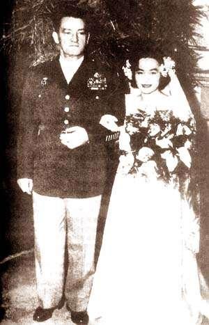 美國飛虎隊陳納德(Claire Lee Chennault,左)將軍,與妻子陳香梅結婚照片。(取自維基百科)