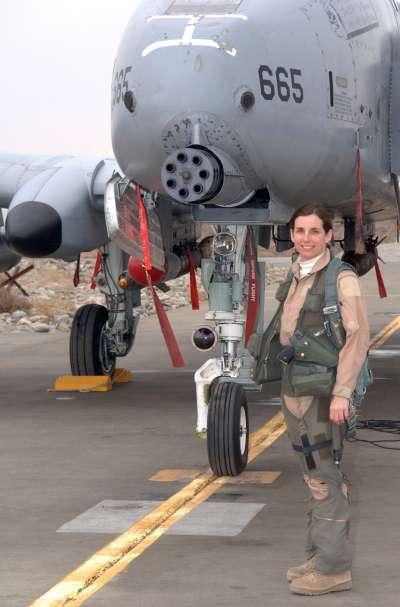 麥克莎莉擔任飛行員時與戰機的合照。(維基百科公有領域)