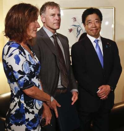 奧圖的父母與日本內閣府「綁架問題特命擔當大臣」加藤勝信一同出席會議。(AP)