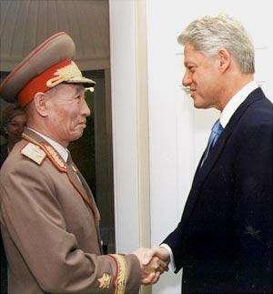 北韓國防委員會第一副委員長趙明祿與美國總統柯林頓。(維基百科/公用領域)