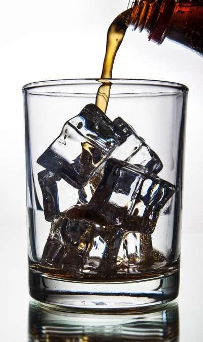 威士忌可樂是現今相當普遍的雞尾酒。(圖/Pixabay@freeGraphicToday)