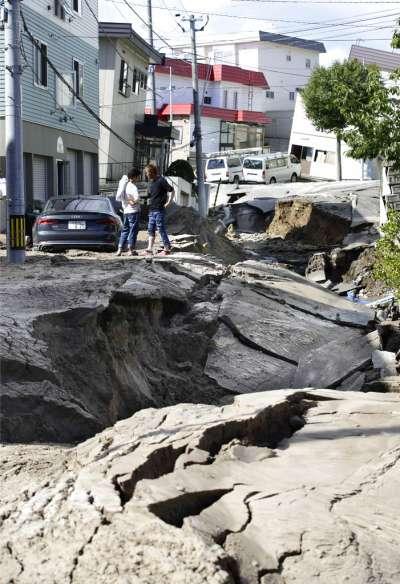 北海道強震讓札幌市區道路柔腸寸斷。(美聯社)