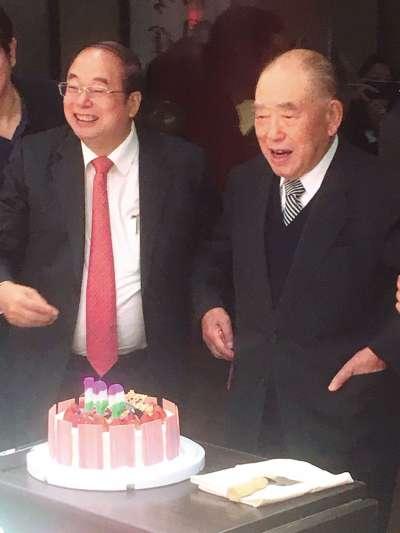 郝柏村(右)接受友人好意,切蛋糕慶祝百歲生日。(李順德攝)