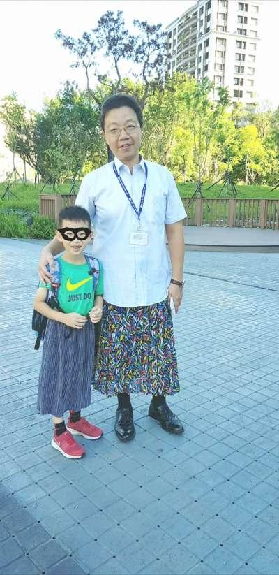 台北市和平實小校長黃志順為聲援「穿裙子的男孩」遭下架事件,特別穿穿裙子在校門迎接師生,以表達其作為教育工作者的理念。(取自朱弘楠臉書)