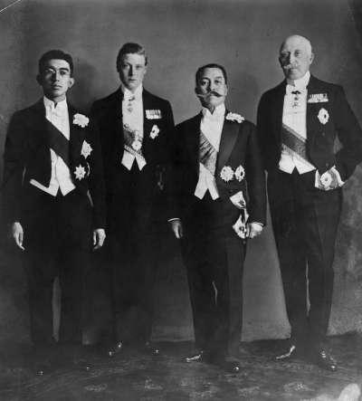 1922年, 仍然是日本皇太子的昭和天皇(1901-1989, 左一)與英國王儲愛德華王子(1894 - 1972, 左二)。(圖/BBC中文網)