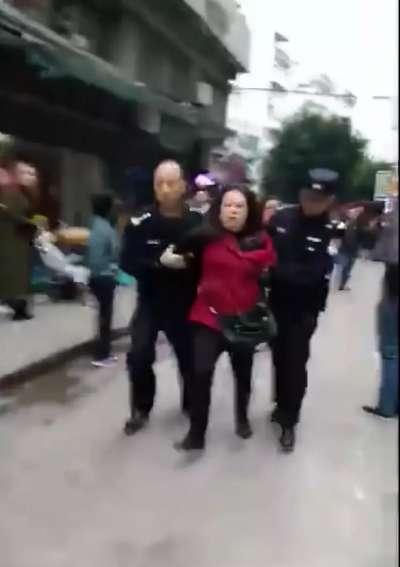 重慶巴南區26日發生幼兒園孩童被砍案件,嫌疑人當場被警方逮捕。
