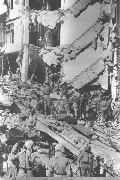 大衛王酒店爆炸後,拯救隊伍在現場進行搜索。(圖/*CUP)