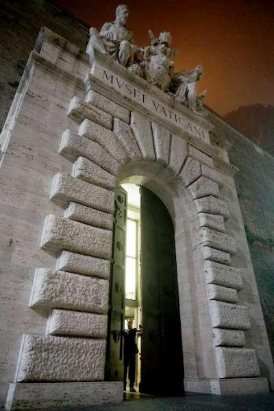 梵蒂岡博物館守護鑰匙的先生。(曾廣儀攝)