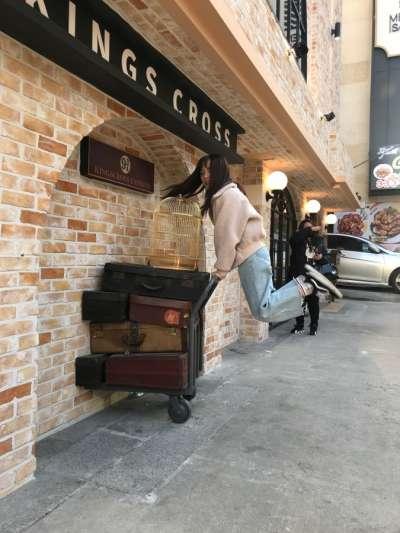 以電影《哈利波特》為主題,模仿電影中9又3/4月台場景。(圖/kkday)