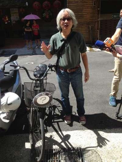 馮光遠一向主張愈是嚴肅的事情,愈該透過搞笑解決,2013年8月他發起罷免立委吳育昇運動,就取了「罷免吳」的BMW諧音作為運動名稱,他騎到記者會現場的那部腳踏車,也成了BMW。(圖/文化+)