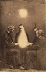 為了能和鬼魂對話,人們會在一間昏暗的房間,圍著桌子,牽著彼此的手,召喚靈魂,這種儀式被稱為「降靈會」。(圖片取自維基百科)