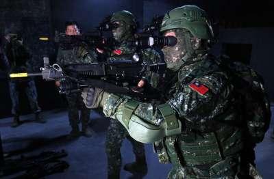 20190129-夜間低光源同樣是任務人員可能遇到的環境挑戰,特訓中心夜戰教室幫助隊員認識夜視器材,進而戴著夜視鏡執行作戰。(蘇仲泓攝)
