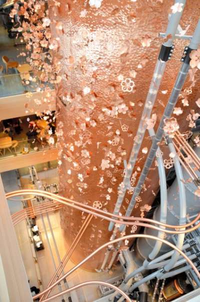 「星巴克臻選®東京烘焙工坊」店內直達4樓高的銅製圓桶,裝飾著有如空中飛舞般的櫻花=攝於2月27日(圖/潮日本)