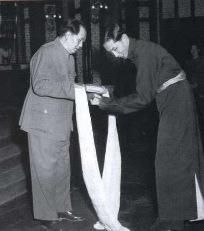 1951年,由阿沛.阿旺晉美帶領的五人代表團向毛澤東獻上法器「哈達」。(維基百科公有領域)