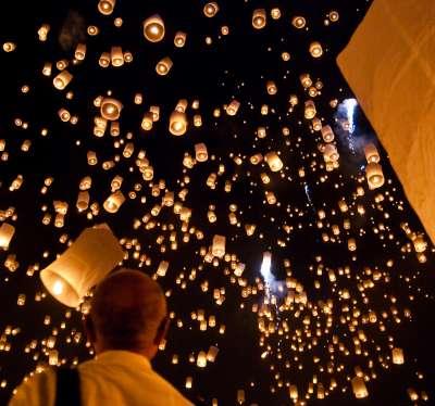 現代人多為了祈求平安而放孔明燈(圖/維基百科)