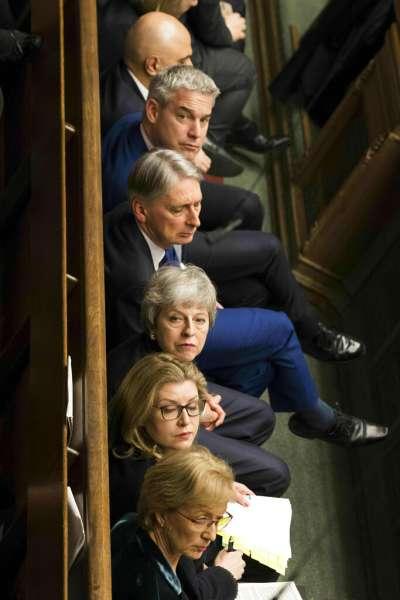 梅伊政府在脫歐問題是左支右絀、進退維谷。(美聯社)