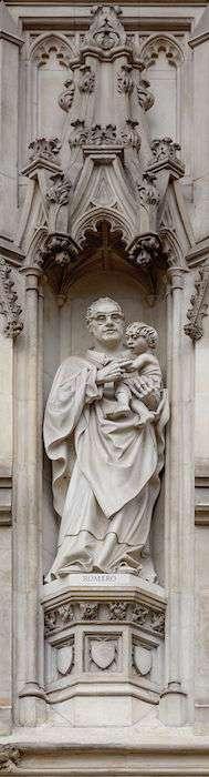 倫敦西敏寺大教堂西大門上羅梅洛主教雕像 (圖片取自維基百科)