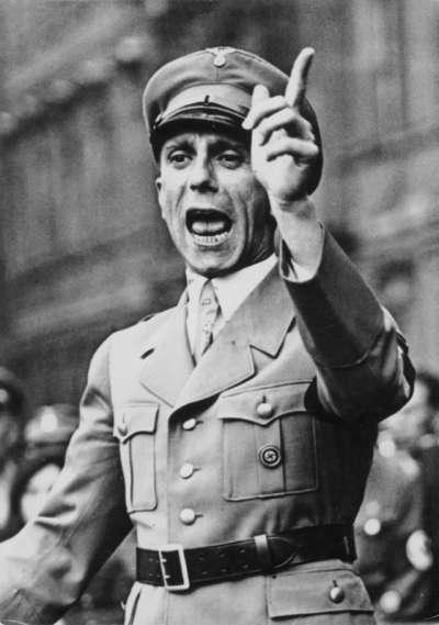 納粹德國的宣傳部長戈培爾(Paul Joseph Goebbels),專門宣傳納粹的思想,德國戰敗後舉家服藥自殺。(圖/想想論壇提供)