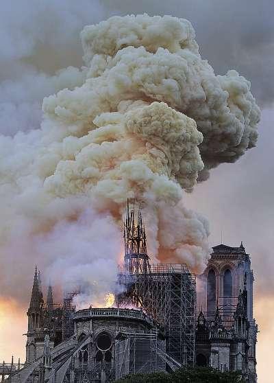 2019年4月15日,法國「巴黎聖母院」大教堂發生嚴重火災。(AP)