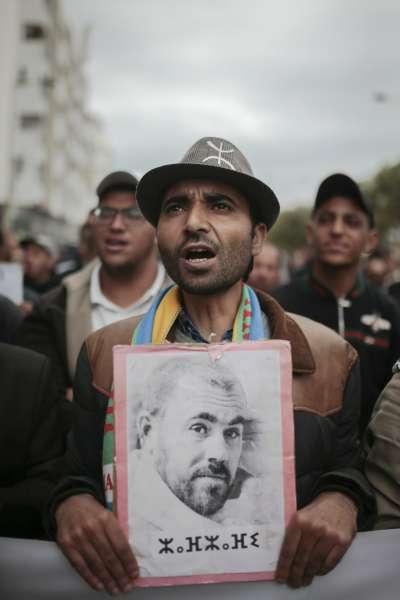 2019年4月21日,成千上萬摩洛哥民眾走上街頭示威,民眾手舉遭判刑入獄的抗爭領袖澤夫薩菲的肖像。(AP)