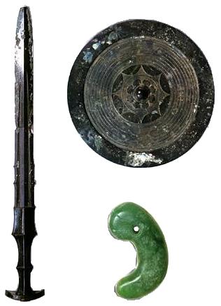 日本天皇世代相傳的三神器,八咫鏡、草薙劍、八阪瓊曲玉。(維基百科公有領域)