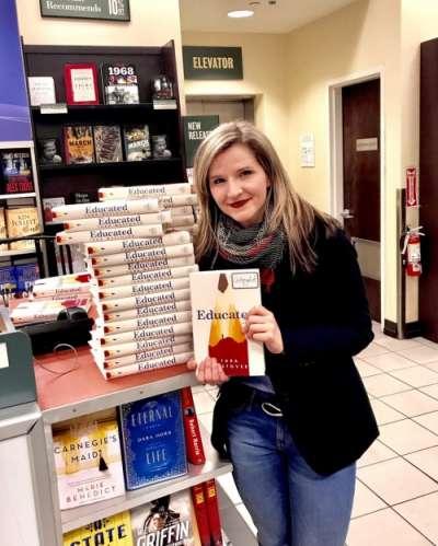 泰拉在書店與自己的新書合影。(博客來提供)