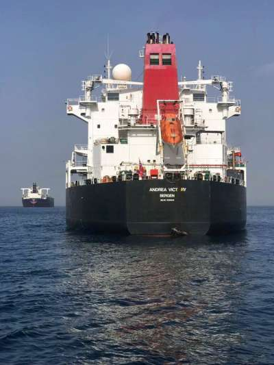 4艘船隻12日在阿拉伯聯合大公國外海遭到攻擊,圖為受攻擊的挪威籍油輪。(AP)