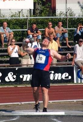 奧爾森2003年參與鉛球擲遠比賽。(danskatletik@flickr CC BY 2.0)