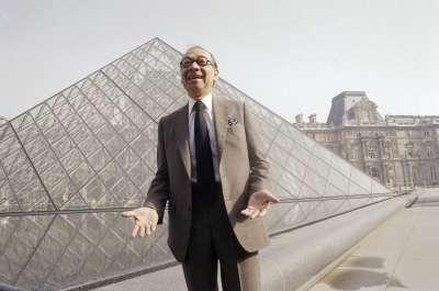 華裔建築大師貝聿銘與其代表作「羅浮宮玻璃金字塔」(AP)