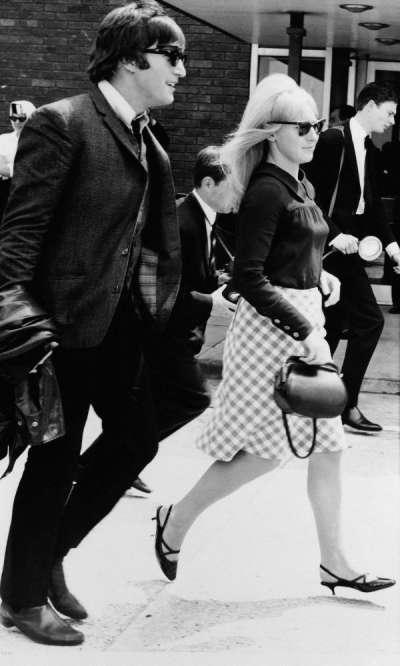 1964年7月2日,約翰藍儂結束3周的海外巡迴演出後,與當時的妻子辛西亞飛回英國,抵達倫敦盧頓機場(美聯社)