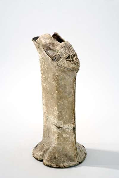 15世紀的威尼斯厚底鞋,現藏於斯德哥爾摩。威尼斯人喜歡將厚底鞋增厚,平均高度約在25-74釐米之間。(圖/作者提供)